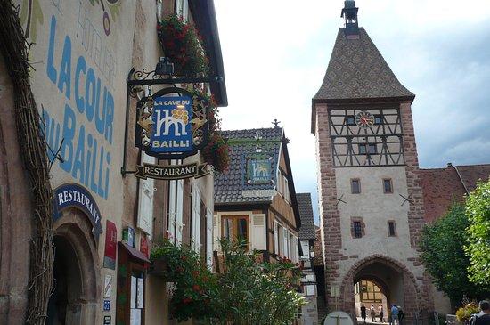 La Cour du Bailli Residence Hoteliere : la façade de l'hôtel & la tour