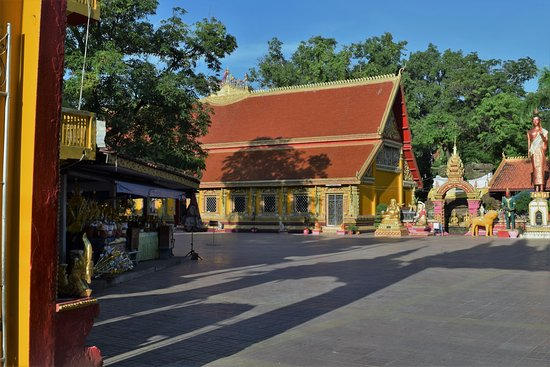 Wat Si Muang: Early morning overview