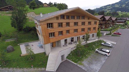 Jugendherberge Gstaad Saanenland: Jugendherberge Drohnenbild