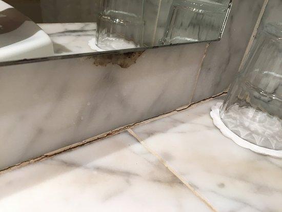 Victoria Hotel: Mouldy Bathroom
