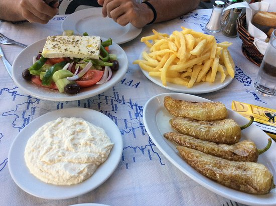 Pavlos: Πατατούλες φρέσκιες χωριάτικη τυροκαυτερή φτιαχτη δικιά τους και πιπεριές ψητές στα καρβουνα