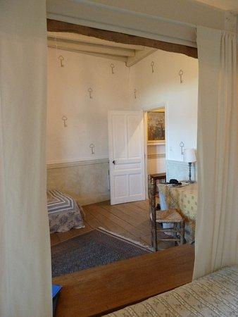 Chateau des Marcilly Talaru: Vue du lit sur l'entrée de la chambre