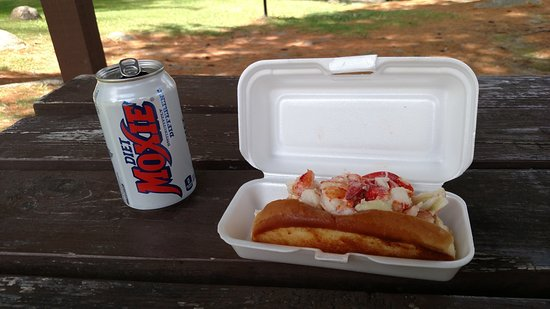 Noble House Inn: Lobster roll at the town beach picnic area on Highland Lake