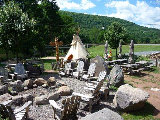Windham, estado de Nueva York: Teepee next to the outdoor dining area