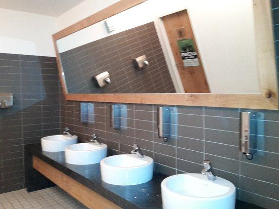 Auf den Toilette die Keramik vom Designer. - Bild von ALEX ...