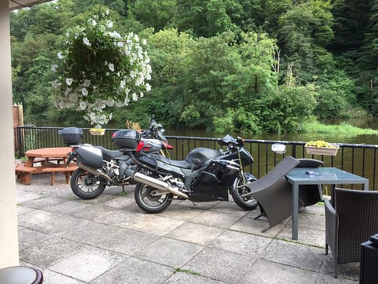 Glanmire, Irlanda: Secure parking - watch your bike from the bar 😉
