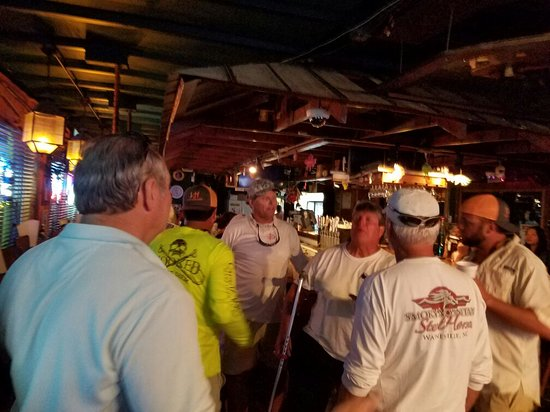 Ocean View Inn and Sports Pub: Any Day of the week you might just catch Gary Dunn having a sing along with the Locals.