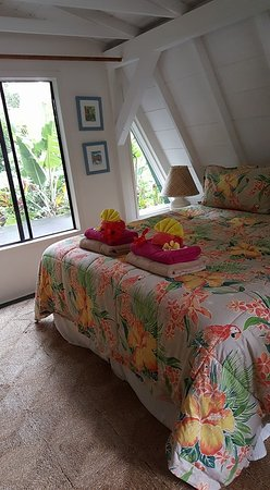 Huelo Point  Lookout: Upstairs bedroom. Very comfortable king bed and bedding. Beautiful flowers all over the cottage.