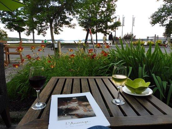 Hotel & Spa Etoile-sur-le-Lac: Wine in restaurant next to path