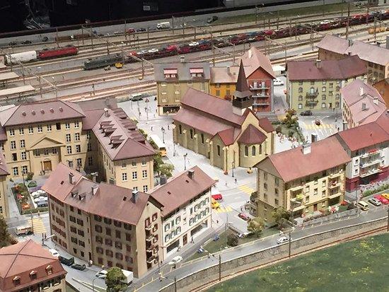 Musee des Chemins de fer du Kaeserberg: Les maisons et les trains s'illuminent quand les spots s'éteignent...