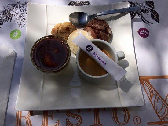 La Garenne-Colombes, Francia: Café gourmand très gourmand 😋 (Verrine caramel beurre salé sur chantilly et autres gourmandises