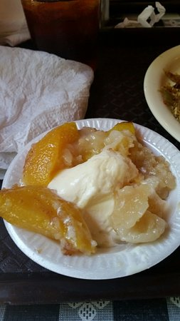 Latta, Νότια Καρολίνα: Heavenly warm peach cobbler with vanilla ice cream!