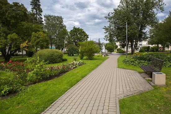 Gulbene, ลัตเวีย: Центральный сквер