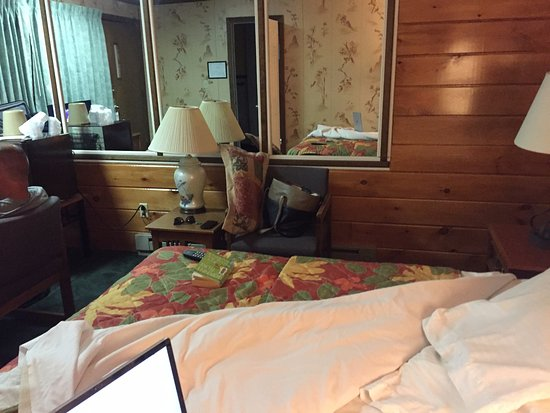 Lake Crest Inn: Mirrored walls.. Went out in the 80's but at least it makes your shoebox of a room seem bigger.