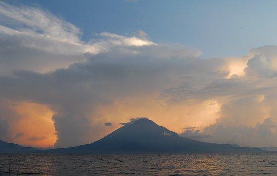 Hotel Reserva Natural Atitlan: Lake Atitlan / El lago Atitlán