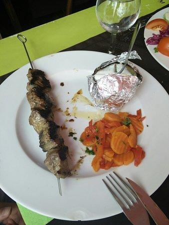 Restaurant Le May: Repas entre amis,  bœuf épicé,  poisson du jour et salade du midi