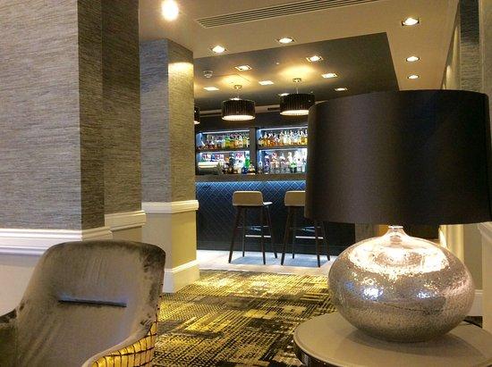 DoubleTree by Hilton Hotel London - Kensington: Speiseraum und Bar