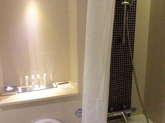 DoubleTree by Hilton Hotel London - Kensington: Sehr kleines Bad