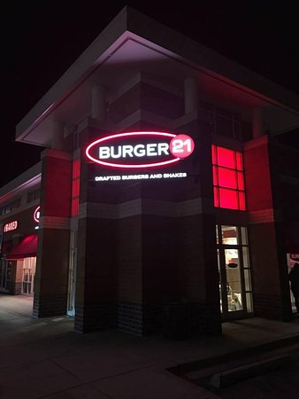 Orland Park, إلينوي: Front Entrance (night view)