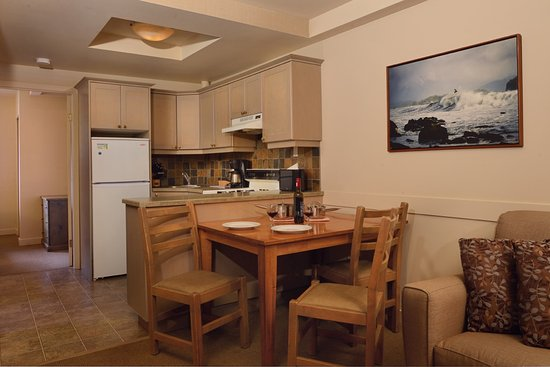 Pacific Sands Beach Resort: One Bedroom Lighthouse Suite - Dining Room