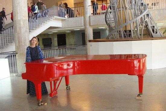 Neue Tretjakow-Galerie (Krimskij Wal): Красный рояль в холле