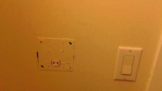 Hotel Squamish: The one outlet.... didn't work. A 1940's electrical outlet.....