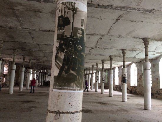 Narva-Joesuu Beach: Ткацкий зал. На колоннах работники музея разместили фотографии работниц фабрики