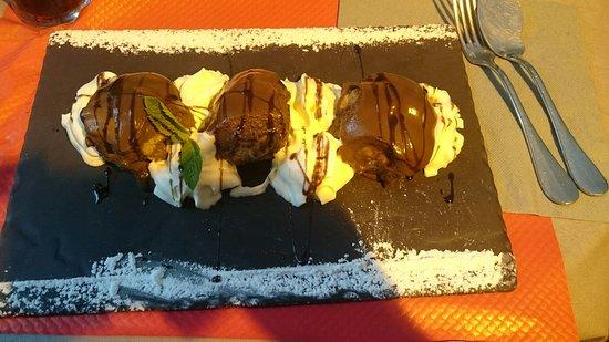 Villa Verdi: Great food, we had tomato&mozzarella gnocchi, spinach&ricotta cannelloni, 2 drinks, and 2 desser