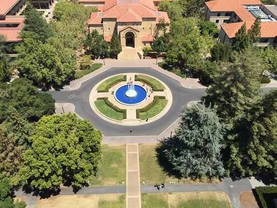 Palo Alto, Californië: Vista da praça em frente à Hoover Tower