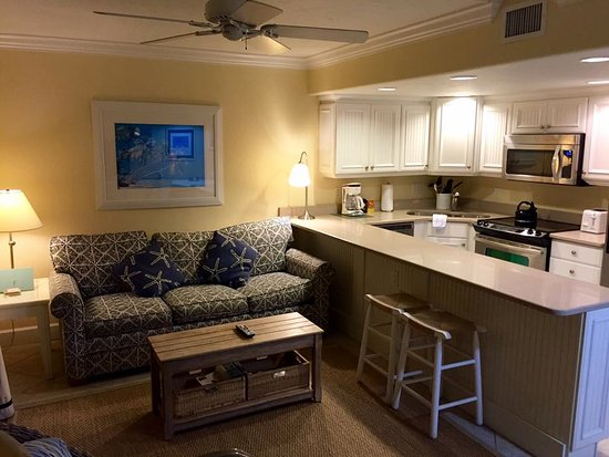 Ocean's Reach Condominiums: pretty rooms!