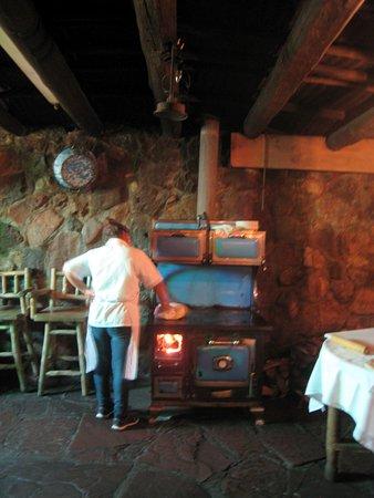 Espanola, Νέο Μεξικό: Making tortillas on a wood stove, El Paragua.