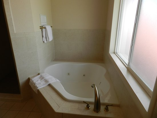 Silver King Inn & Suites: Jacuzzi tub available in honeymoon suites