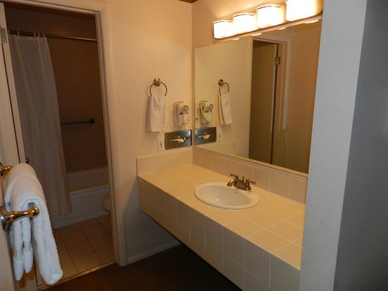 Silver King Inn & Suites: Spacious Bathrooms with separate sink