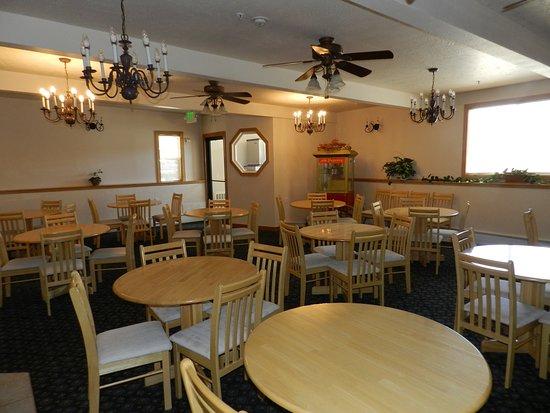 Silver King Inn & Suites: Spacious Breakfast Room