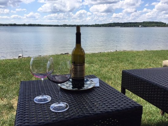 Lakeside Bed and Breakfast: Wine and cheese at Lakeside B&B