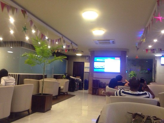 Hulhule Island: Nice lounge! I was waiting for the time to check in the airline counter. They didn't serve alcoh