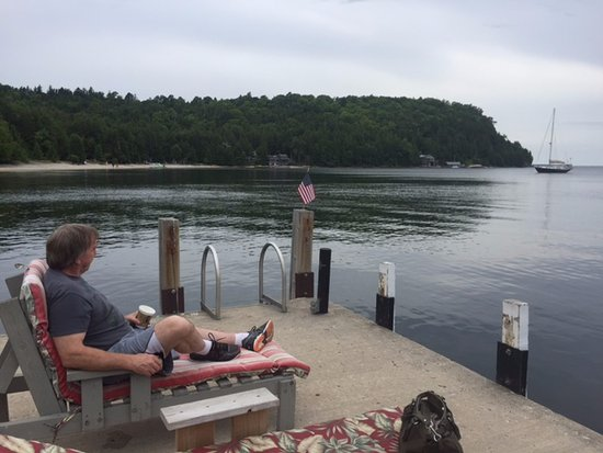 Little Sister Resort: Wonderful docks with nice lounge chairs.