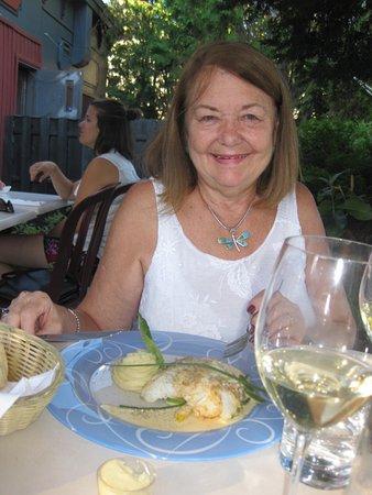 Moi sur la terrasse du bistro Lounge Garcons! mangeant la Morue.