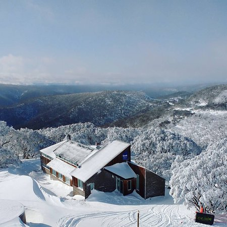 Mount Hotham, Australië: Aardvark Lodge - view from the ski lift above!