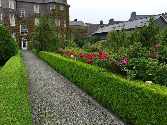 Kilkenny, Irlanda: Butler House gardens (right next to the National Craft Gallery.