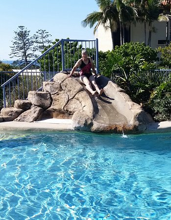 Coolum Beach, Australië: Enjoying the water slide into the heated pool