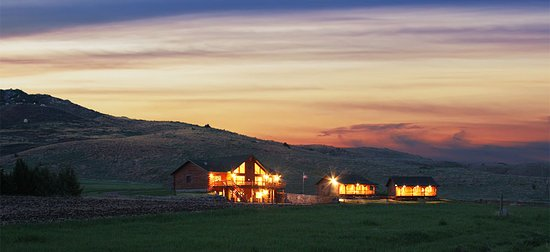 Gregory, Dakota del Sur: View of the Main Lodge and Chalets at night.