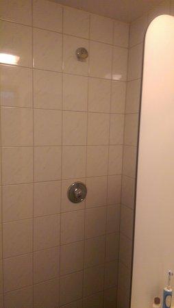badkamer 1 met slechte douche en te korte douche wand - Foto van ...