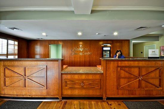 Hampton Inn and Suites Charleston/Mt. Pleasant-Isle Of Palms: Front Desk