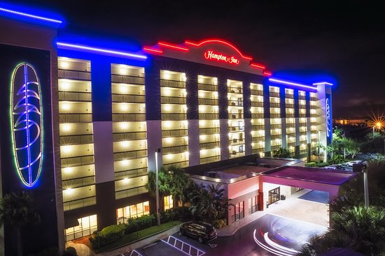 Hampton Inn Cocoa Beach/Cape Canaveral: Exterior Night Promo