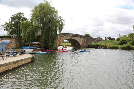 Lechlade, UK: getlstd_property_photo