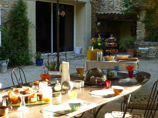 Mas l'Evajade: La table du petit déjeuner