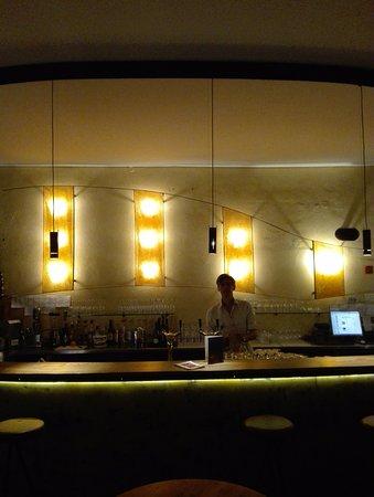 Funf: Een kijkje op de bar.