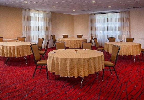 Residence Inn Fair Lakes Fairfax: Meeting Room  - Rounds Setup