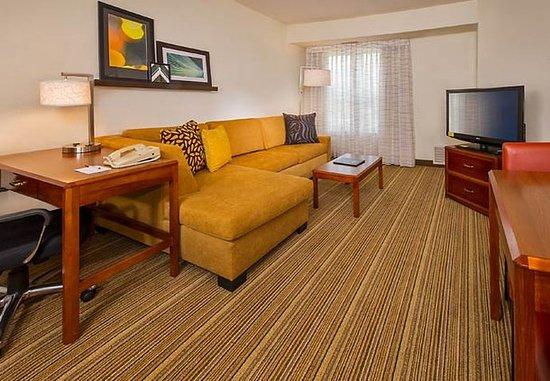 Ellicott City, Мэриленд: One-Bedroom Suite Living Area